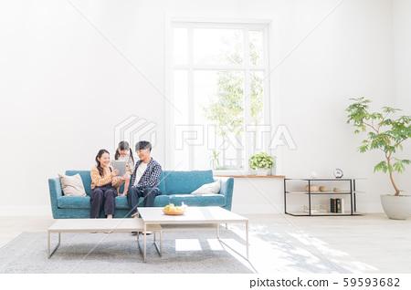 年輕的家庭,朋友,平板電腦 59593682