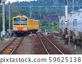 桑吉鐵路851系列在粉煤灰貨車旁邊行駛 59625138