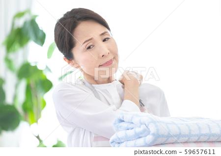 中年女人洗衣 59657611