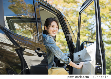 年輕女子和輕型汽車 59663617