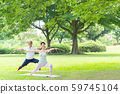 瑜伽中間夫婦室外秀麗公園瑜伽夫婦圖像 59745104
