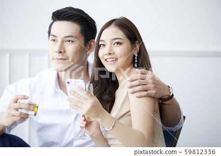 情侶聚會智能手機 59812336