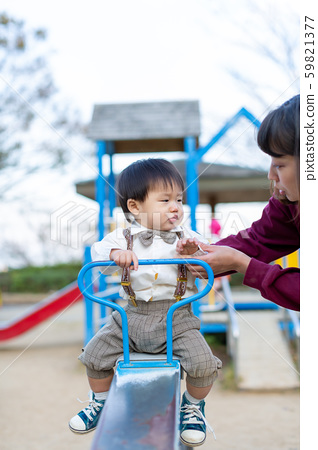 공원에서 노는 부모와 자식 59821377