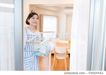 미들 여성, 주부, 세탁물 59884482