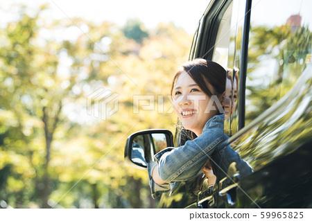 젊은 여성 차 음료 59965825