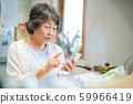 웃는 수석 여성 스마트 폰을 가진 노인 여성 실버 세대 노인 여성 인물 59966419