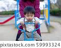 父母和孩子在公園裡玩 59993324