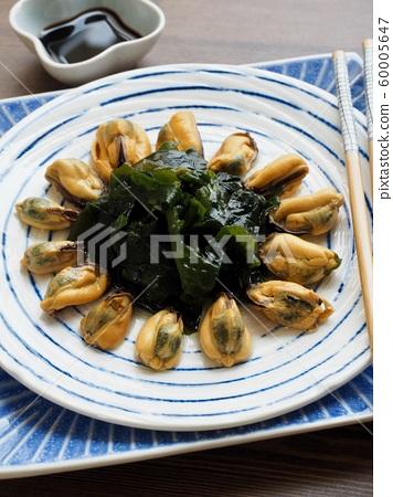 아시아 음식 홍합과 미역 그리고 간장  60005647