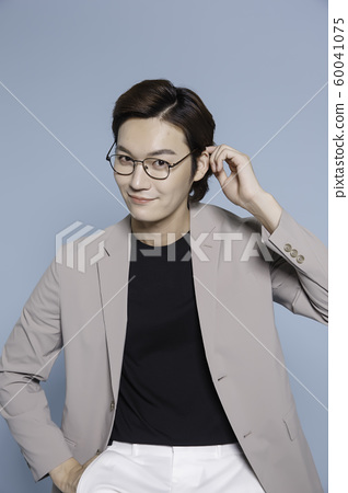 Close-up portrait of attractive young asian man, single man's lifestyle 331 60041075