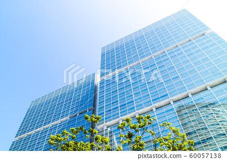 고층 빌딩을 올려다 오피스 거리의 풍경 60057138