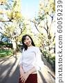 漫步在外灘前的銀杏樹上的年輕女子 60059239