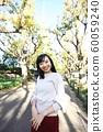 漫步在外灘前的銀杏樹上的年輕女子 60059240