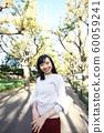 漫步在外灘前的銀杏樹上的年輕女子 60059241
