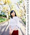漫步在外灘前的銀杏樹上的年輕女子 60059243