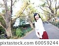 漫步在外灘前的銀杏樹上的年輕女子 60059244