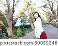 漫步在外灘前的銀杏樹上的年輕女子 60059246