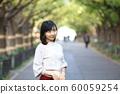 漫步在外灘前的銀杏樹上的年輕女子 60059254