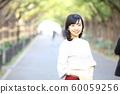 漫步在外灘前的銀杏樹上的年輕女子 60059256