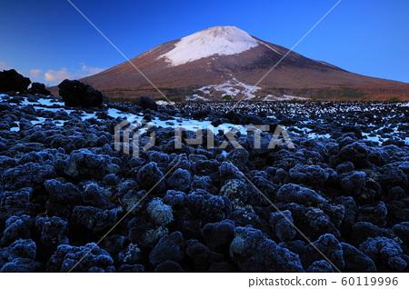 이와테 현 하치만 타이시 초겨울의 소 주행 용암류 60119996