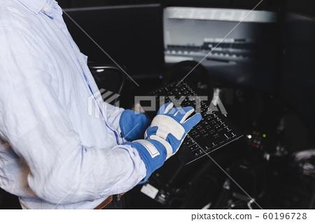 레이싱 장갑을 착용 키보드를 조작하는 60196728