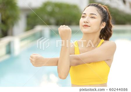 여자 수영장 수영 준비 60244086
