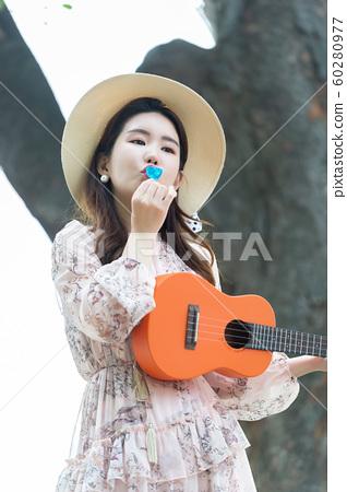아름다운 대한민국 여성의 표정, 공원 산책 60280977