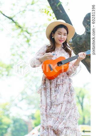 아름다운 대한민국 여성의 표정, 공원 산책 60281396