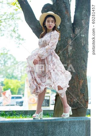 아름다운 대한민국 여성의 표정, 공원 산책 60281457