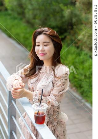 아름다운 대한민국 여성의 표정, 공원 산책 60283821