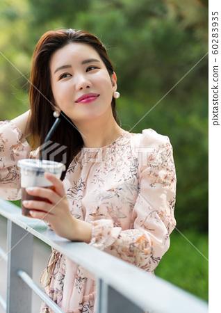 아름다운 대한민국 여성의 표정, 공원 산책 60283935