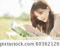 여성 피크닉 독서 60362126