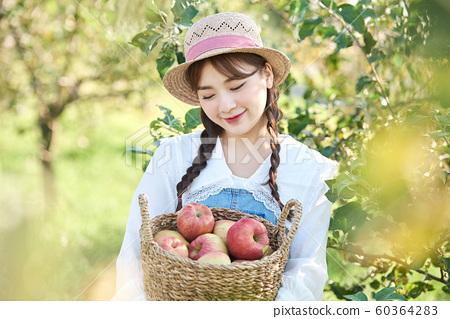 농업 여자 라이프 스타일 사과 60364283