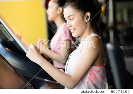 女人健身跑步 60371166