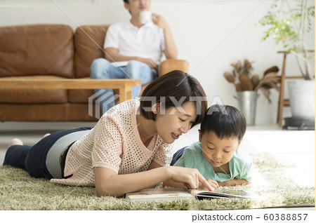 Reading with parents and children Living room 60388857