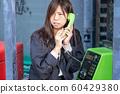 전화로 도움을 요청 여성 60429380