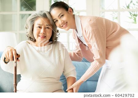 노인 간호 거실 60429702