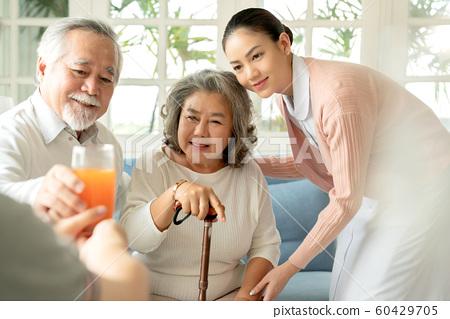 노인 간호 식사 60429705