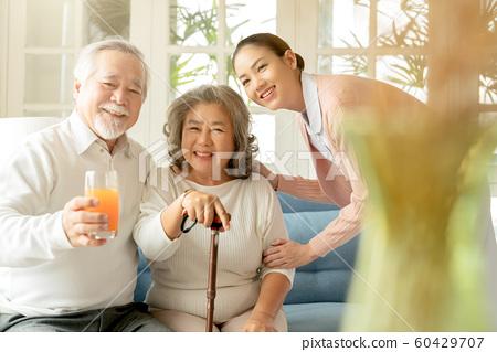 노인 간호 식사 60429707