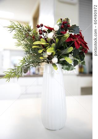 하얀 꽃병에 있는 꽃 60490972