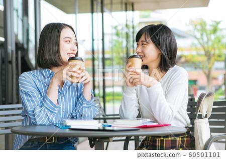 大學生在露台上休息近畿大學 60501101