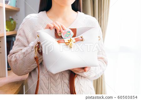 Women who put a maternity mark inside the bag 60503854