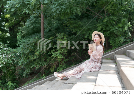 아름다운 대한민국 여성의 표정, 공원 산책 60504073