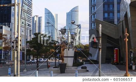 쌍둥이 건물 앞의 외로운 힘센도리 60506657