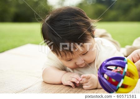 一個嬰兒 60571581