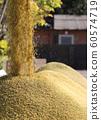 收割機倒下剛收割完的穀子 60574719