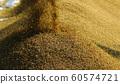 收割機倒下剛收割完的穀子 60574721