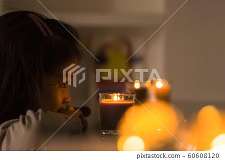 女孩蜡烛喜怒无常 60608120