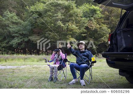 가을에 조류 관찰을하는 부모와 자식 60608296