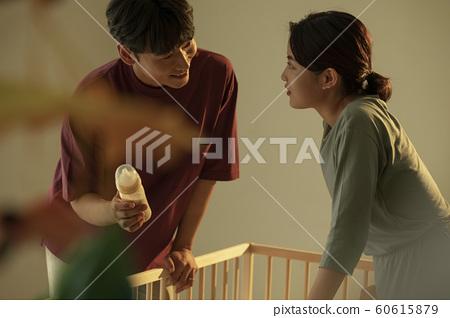 가족 엄마 아빠 침대 젖병 60615879