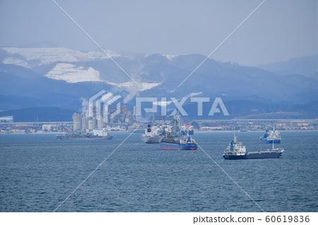 拍攝穿越北海道函館市函館灣的貨輪和渡輪的冬季風光 60619836